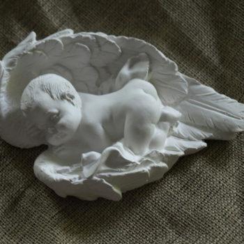 aniolek-spiacy-w-skrzydlach